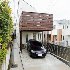 狭小の家(限られた敷地でも吹き抜けの高い天井と広々としたウッドデッキで開放的なお住まいの家)