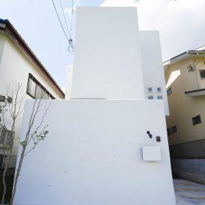 積み重なる白の家