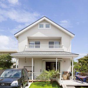 湘南 Vintage house (玄関土間とウッドデッキが繋がり吹き抜けが開放感を演出するサーファーズハウス)