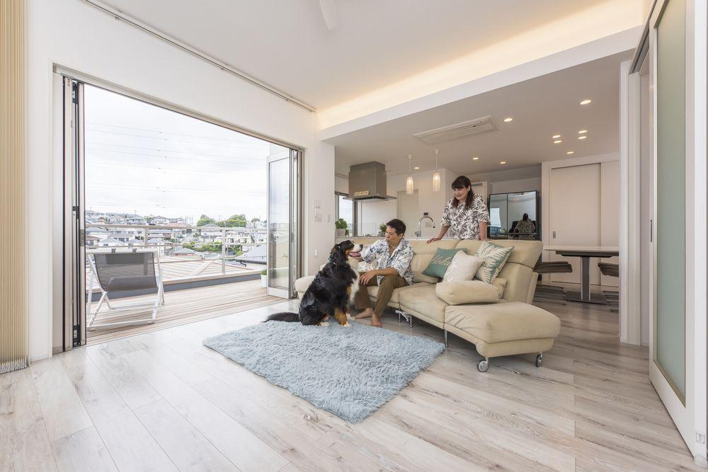 愛犬と共に眺望を楽しむ家