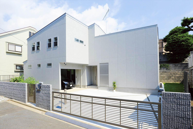 白い壁の家