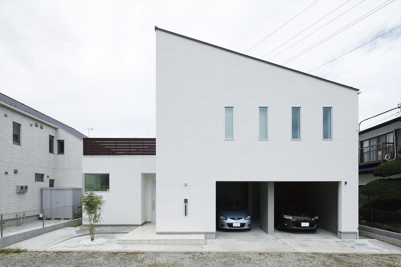 片流れ屋根のビルトインガレージ