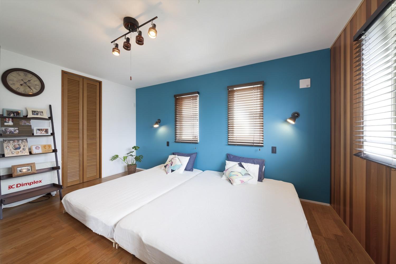 青のおしゃれな寝室